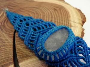 Azurblaues Armband mit geschliffenem Bergkristall