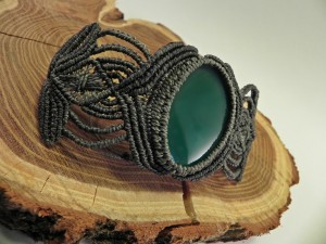 graues Armband mit grünem Achat
