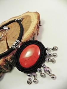 schwarze Kette mit rotem Jaspis