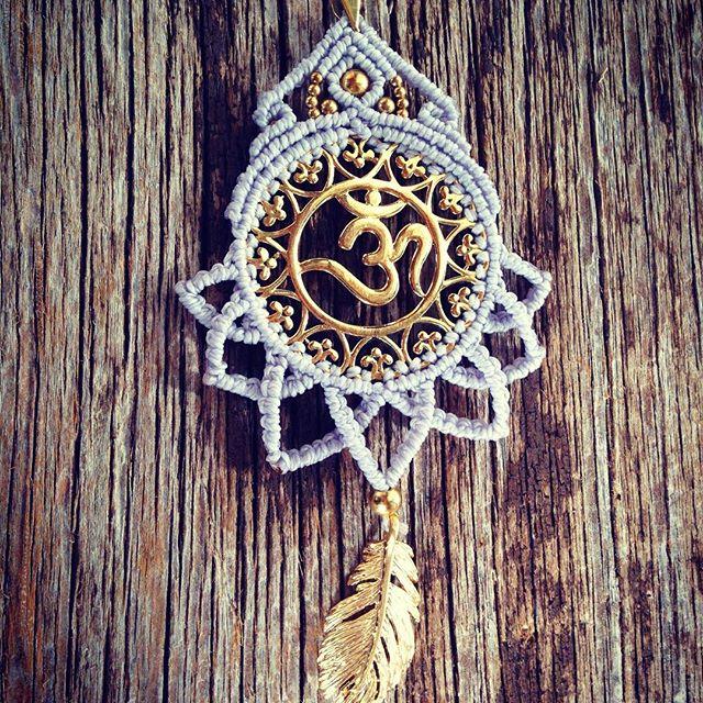 schöne Om-Halskette in zartem lila  #macramenecklace #omsign #lotus #dreamcatcher #bohochic #hippiestyle
