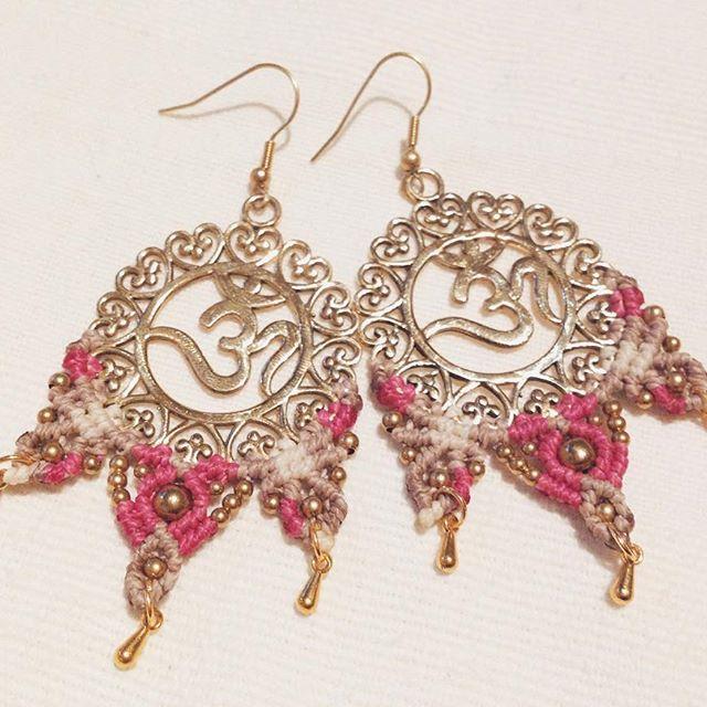 Neue Kreation  rosafarbenen Ohm Ohrringe 🕉 #ohm #macrame #macrameearrings #macrameart #hippiestyle