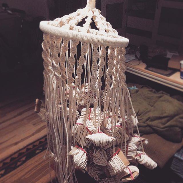 im Urlaub habe ich meinem Projekt birdcage chair ein bisschen Zeit gewidmet, sieht im Moment noch nicht nach viel aus aber das wird schon noch  #birdcagechair #macrame #macramechair #heartproject #macralove #gutdingbrauchtweile