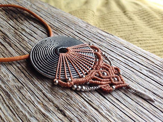 new!! Eine schöne Kombination aus Kastanienbraun und Silber ️ #macramejewelry #joymade #macralove #collier #macramenecklaces